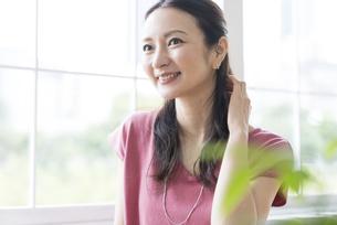 窓の前に立つ女性の写真素材 [FYI04947719]