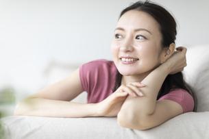 ソファでくつろぐ女性の写真素材 [FYI04947723]
