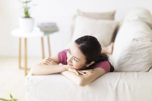 ソファでくつろぐ女性の写真素材 [FYI04947729]