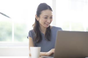 パソコンを見る女性の写真素材 [FYI04947730]