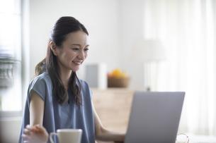 パソコンを見る女性の写真素材 [FYI04947734]