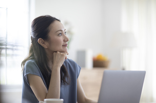 パソコンを見る女性の写真素材 [FYI04947735]