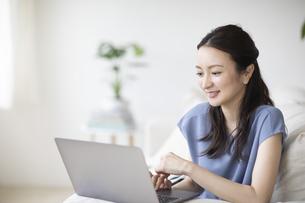 パソコンを見る女性の写真素材 [FYI04947742]