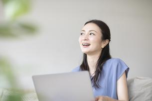 パソコンを見る女性の写真素材 [FYI04947743]