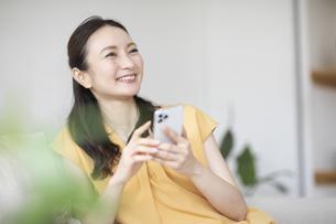 スマホを見る女性の写真素材 [FYI04947756]