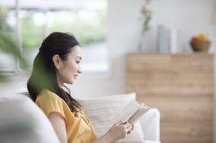 読書する女性の写真素材 [FYI04947763]