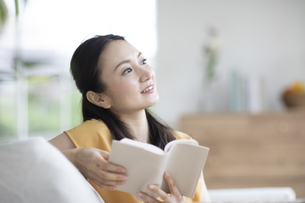 読書する女性の写真素材 [FYI04947766]