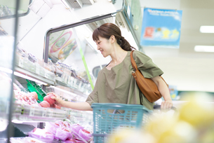 スーパーで買い物をする女性の写真素材 [FYI04948015]