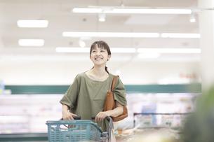 スーパーで買い物をする女性の写真素材 [FYI04948016]