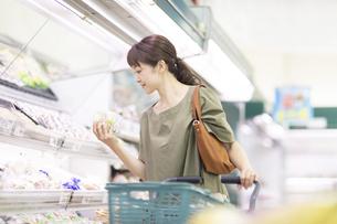 スーパーで商品を手に取る女性の写真素材 [FYI04948017]