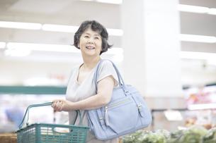 スーパーで買い物をするシニア女性の写真素材 [FYI04948023]