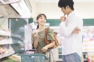 スーパーで買い物をする夫婦の写真素材 [FYI04948027]
