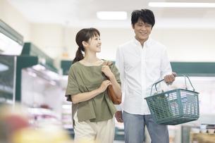 スーパーで買い物をする夫婦の写真素材 [FYI04948028]