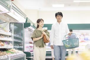 スーパーで買い物をする夫婦の写真素材 [FYI04948029]