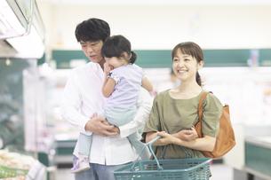 スーパーで買い物をするファミリーの写真素材 [FYI04948030]