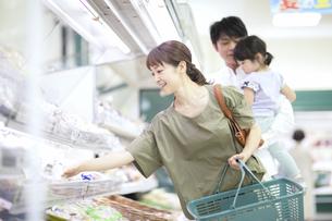 スーパーで買い物をするファミリーの写真素材 [FYI04948031]