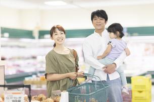 スーパーで買い物をするファミリーの写真素材 [FYI04948032]