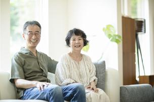 ソファーでくつろぐシニア夫婦の写真素材 [FYI04948043]