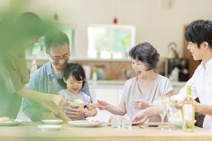 食事を楽しむファミリーの写真素材 [FYI04948048]