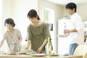 料理を運ぶファミリーの写真素材 [FYI04948051]