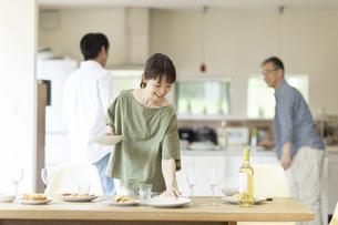 料理を運ぶ女性の写真素材 [FYI04948055]