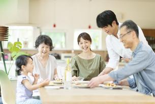 食事を楽しむファミリーの写真素材 [FYI04948058]