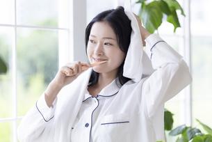 歯を磨く女性の写真素材 [FYI04948136]