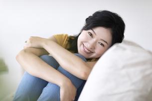 ソファでくつろぐ女性の写真素材 [FYI04948154]