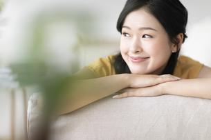 ソファでくつろぐ女性の写真素材 [FYI04948159]