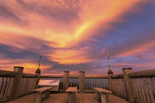 夕照の山頂展望台(大台ヶ原、日出ヶ岳)の写真素材 [FYI04948273]