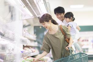 スーパーで買い物をするファミリーの写真素材 [FYI04948475]