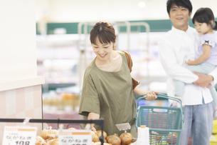 スーパーで買い物をするファミリーの写真素材 [FYI04948478]