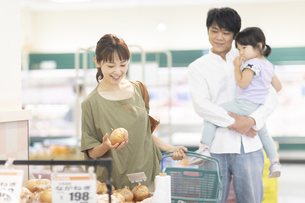 スーパーで買い物をするファミリーの写真素材 [FYI04948479]