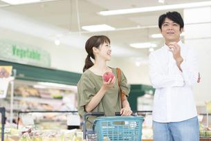 スーパーで買い物をする夫婦の写真素材 [FYI04948482]