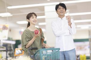 スーパーで買い物をする夫婦の写真素材 [FYI04948483]