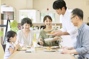 食事をするファミリーの写真素材 [FYI04948493]