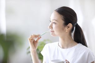 歯磨きをする女性の写真素材 [FYI04948498]