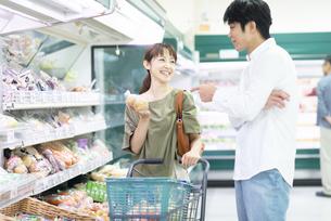 スーパーで買い物をする夫婦の写真素材 [FYI04948499]
