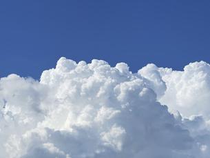 鮮やかな青い空と夏の白い雲の写真素材 [FYI04948505]