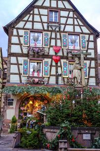 フランス、アルザスの可愛い村のクリスマスデコレーションの写真素材 [FYI04948670]