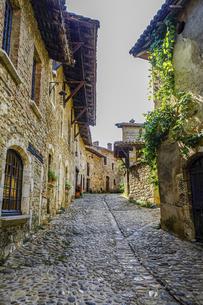 フランスの美しい村ペルージュの路地の写真素材 [FYI04948671]