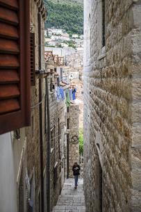 クロアチア、ドゥブロヴニクの路地の写真素材 [FYI04949038]