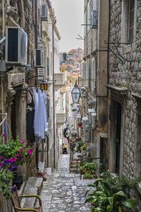 クロアチア、ドゥブロヴニクの生活感のある路地の写真素材 [FYI04949039]