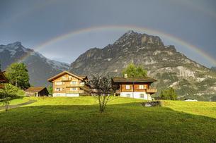 スイス、グリンデルワルドの山にかかった虹の写真素材 [FYI04949040]