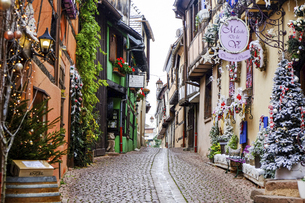 フランス、アルザスの美しい村。クリスマスデコレーションが可愛い路地。の写真素材 [FYI04949057]