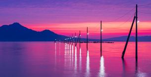 熊本県 風景 長部田海床路 (ながべたかいしょうろ)  夕景の写真素材 [FYI04949205]