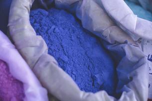 モロッコの人気観光地シェフシャウエン旧市街青の街の染料の粉の写真素材 [FYI04949256]