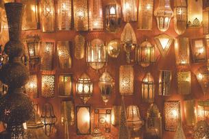 モロッコの人気観光地フェズ旧市街おみやげ屋さんに並ぶカラフルなランプの写真素材 [FYI04949261]