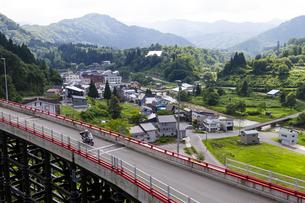 肘折希望大橋と肘折温泉 山形県の写真素材 [FYI04949304]