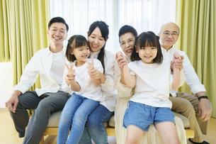 3世代家族の集合写真の写真素材 [FYI04949535]